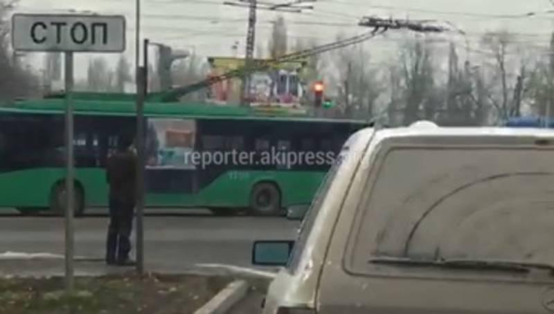 На 7 Апреля-Горького водители не успевают повернуть налево, - бишкекчанин (видео)