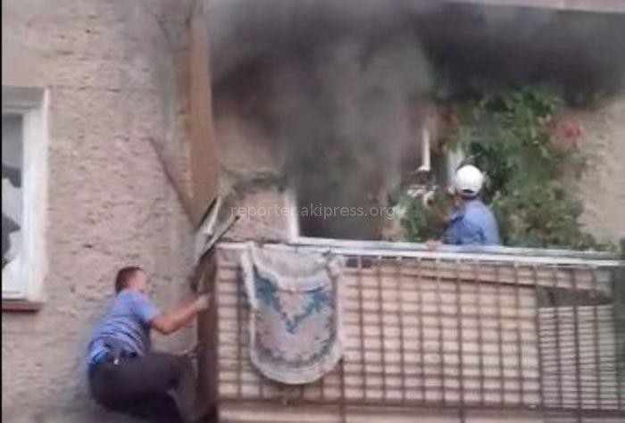 В Беловодском сотрудники патрульной милиции вынесли женщину из горевшей квартиры <b><i>(видео)</i></b>
