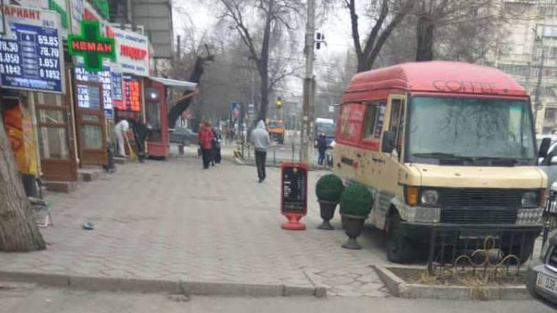 Житель столицы интересуется, законно ли на ул.Московской припаркован на тротуаре бус по продаже кофе и фастфуда?