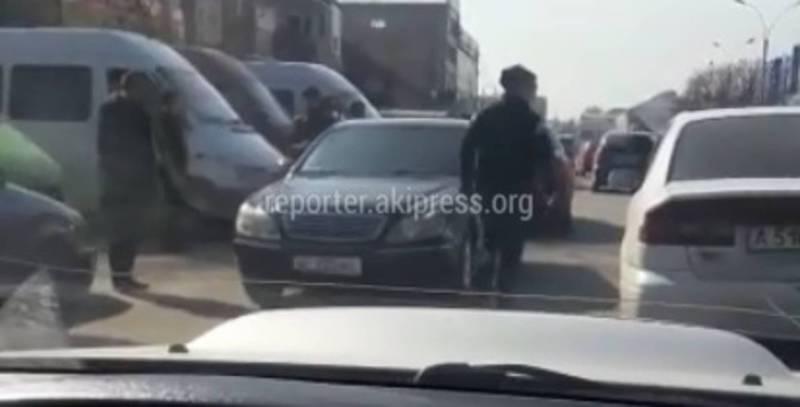 В Бишкеке возле Аламединского рынка водители паркуются на проезжей части дороги (видео)