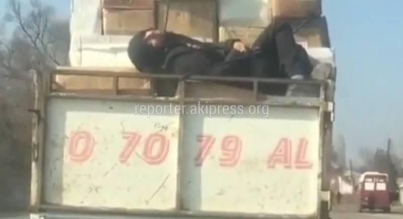 Видео — Мужчина спал на кузове грузовика