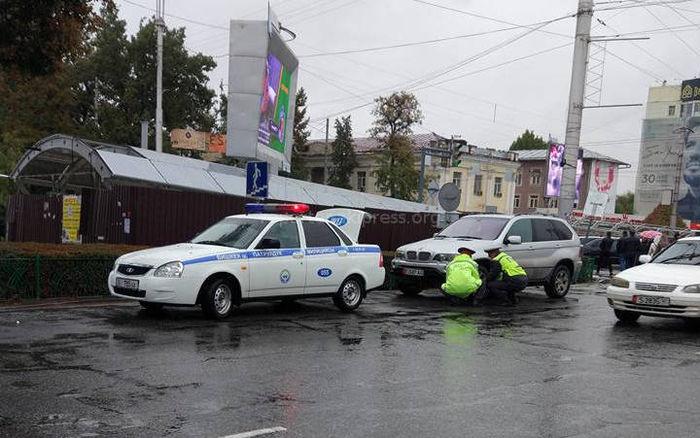 Патрульная милиция Бишкека за 1 минуту установила блокиратор колес <i>(фото)</i>