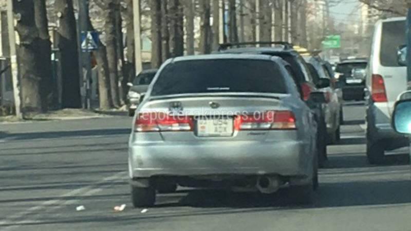 В Бишкеке на ул.Бакаева водитель «Хонды» выбросил мусор из окна, очевидец (фото)