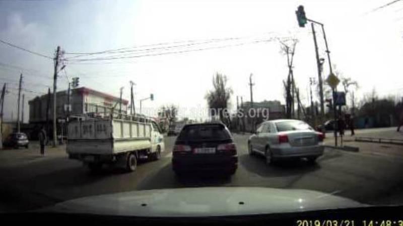 На ул.Курманжан Датка грузовик проехал на встречной полосе (видео)