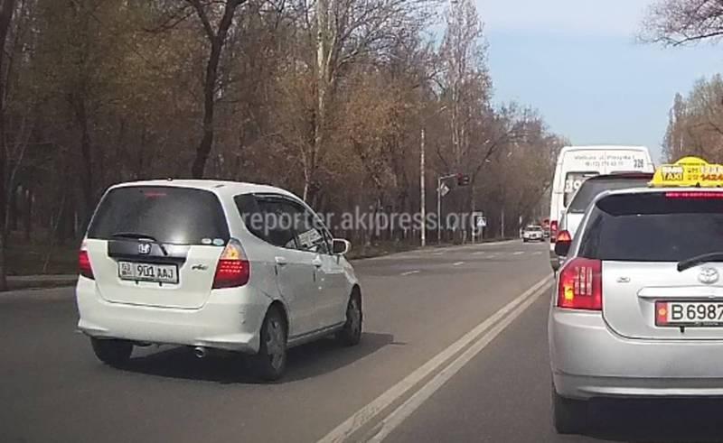 В Бишкеке на ул.Махатма Ганди водитель «Хонды» ехал по встречной полосе дороги (видео)