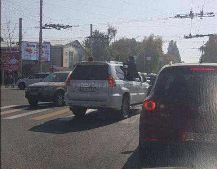 ГУПМ: Проводятся поисковые мероприятия по задержанию машины, пассажиры которого во время движения высунулись из окон и фотографировались