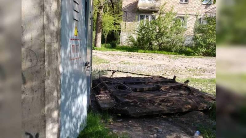 На ул.Токтоналиева между домами №60 и №62 в трансформаторной будке ночуют бомжи (фото)