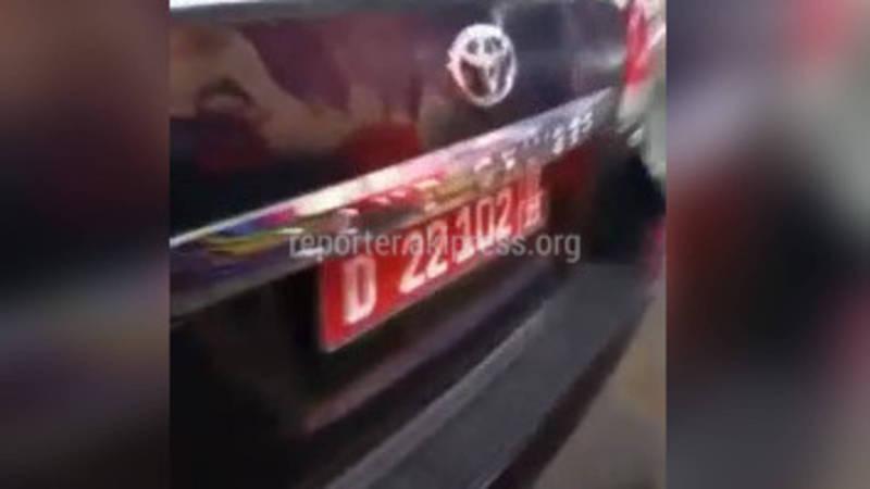 Видео — «Тойота» с дипномерами перегородила въезд в парковку торгового центра
