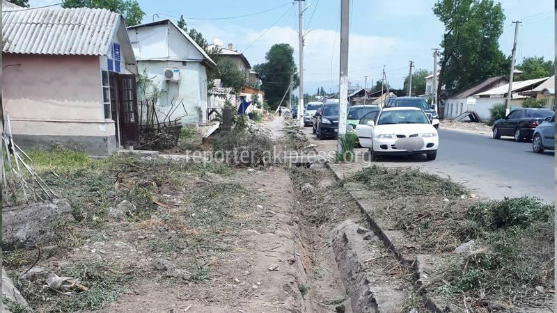 На улице Пушкина в городе Жалал-Абад разбитые тротуары, забитые строймусором, - жители (фото)