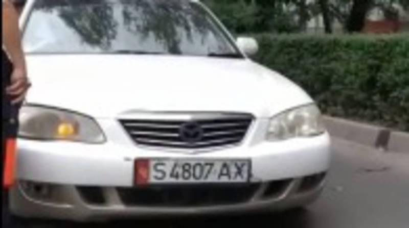 У беременной начались роды, но сотрудник УОБДД не пропустил ее машину из-за перекрытой дороги. Видео