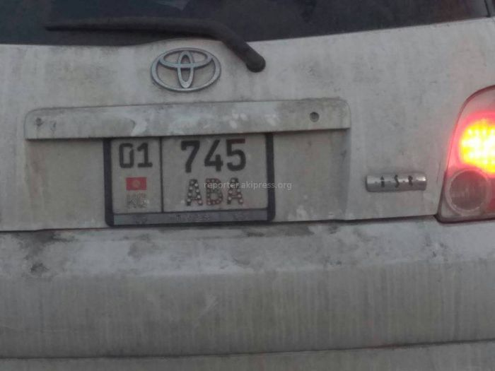 На буквах госномера машины марки Toyota приклеены стразы <i>(фото)</i>