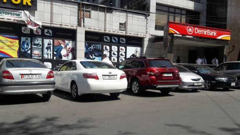 На улице Тыныстанова произвели демонтаж ограничения на парковки со стороны «Демир банк»