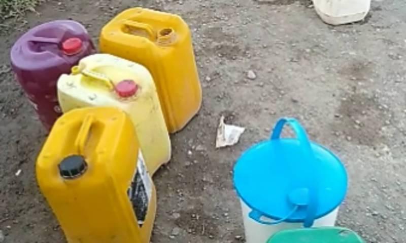 В селе Чон-Талаа жители набирают питьевую воду с одной колонки (видео)