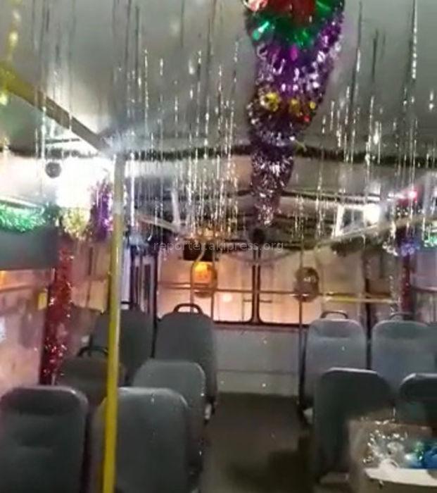 Пассажиры благодарны водителям столичного троллейбуса №10 за новогоднее оформление <i>(видео)</i>