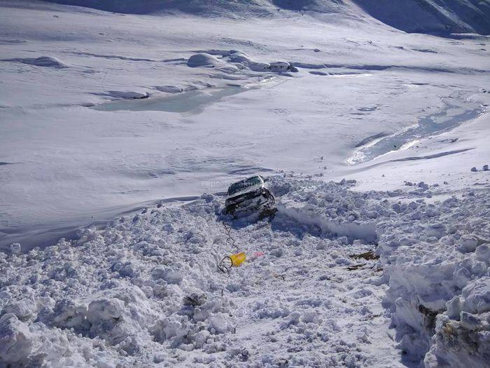 На автодороге Бишкек—Ош вытащили машину из-под лавины <i>(фото)</i>