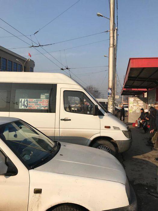 В Бишкеке водитель припарковал маршрутку на остановке <i>(фото)</i>