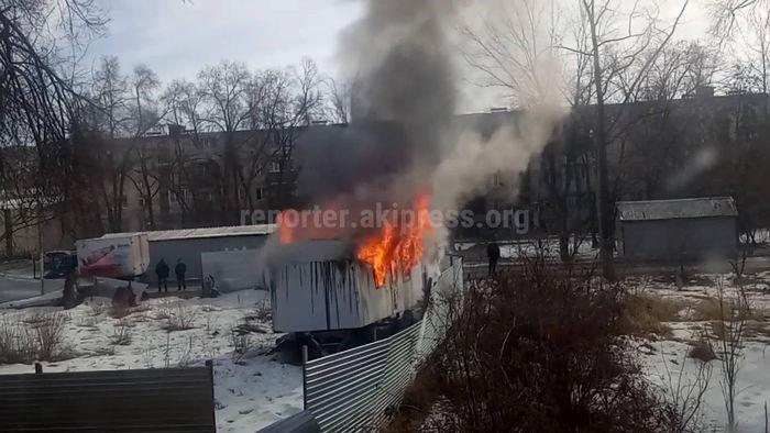 В столичном 7 мкр сгорел вагон <i>(видео)</i>