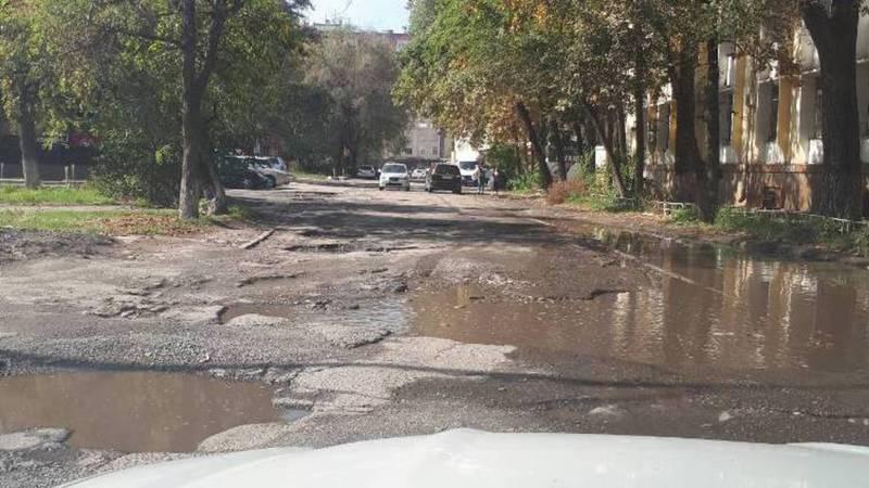 На ул.Туголбай Ата невозможно проехать на машине из-за ям (фото)