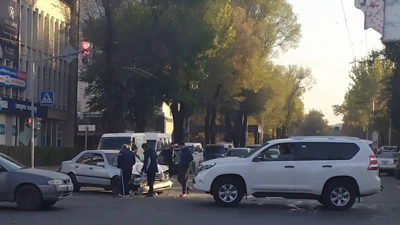 На Абдрахманова - Фрунзе произошло столкновение буса и легкового авто (фото)