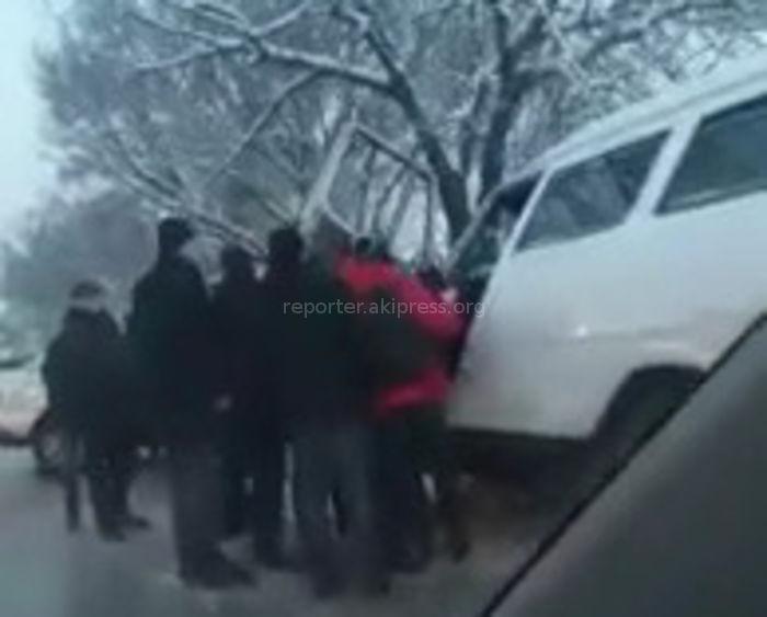 В мкр Кок-Жар пассажиры маршрутки после столкновения с машиной выходили через водительскую дверь <i>(видео)</i>