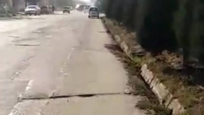 На ул.Осмонова в городе Жалал-Абад возле стройки закрыли тротуар, люди вынуждены ходить по проезжей части (видео)