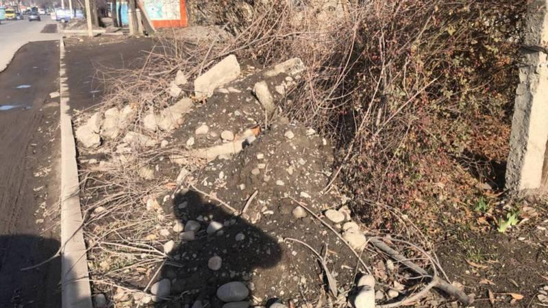 Видео — На улице Суюмбаева забросили ремонт тротуара и парковочных мест