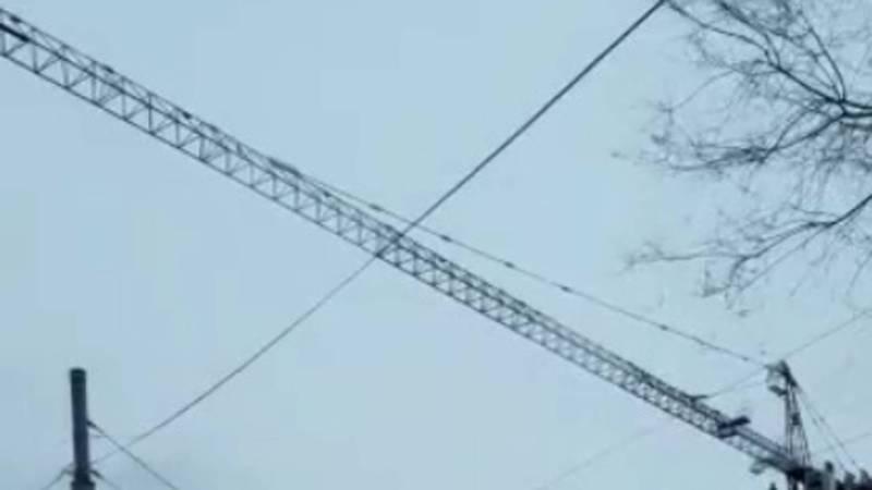 Ветер раскачивает подъемный кран в Бишкеке. Видео