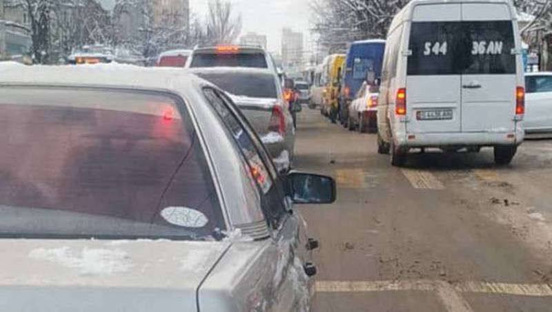 Бишкекчанин просит увеличить время зеленого света светофора на ул.Боконбаева на пересечении с ул.Абдрахманова