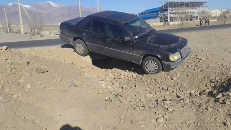 Горожанин просит оградить опасные участки дорог на ул.Аманбаева в Балыкчы