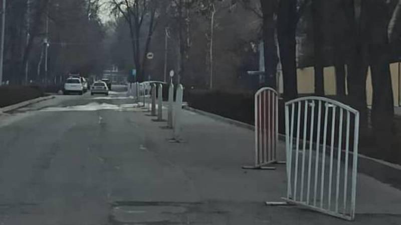 Бишкекчанин интересуется, для чего установили металлические барьеры на проезжей части на бульваре Эркиндик?