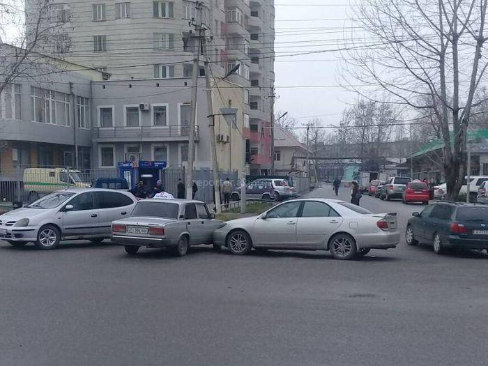 В городе Ош на ул.Раззакова произошла авария ( фото)