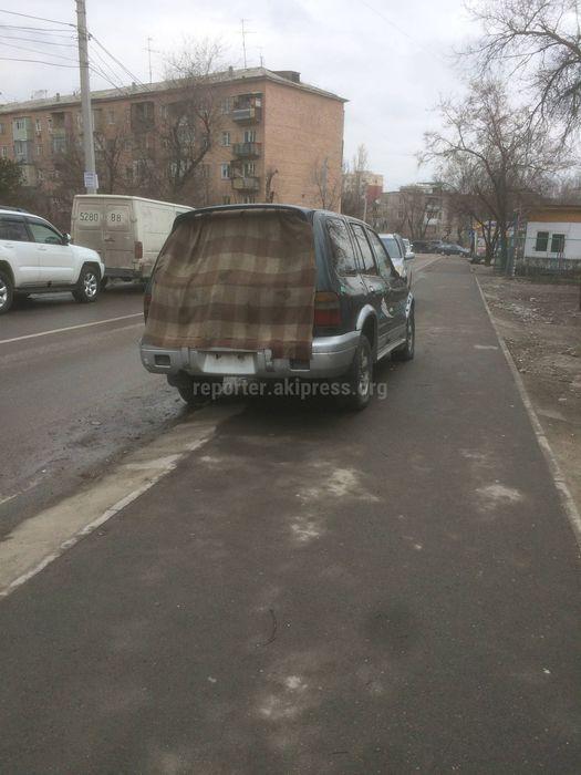 Житель вновь просит убрать заброшенный автомобиль на тротуаре в 5 мкр (фото)