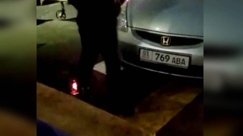 Возле Ошского рынка «Хонду Фит» припарковали на «зебре». Видео