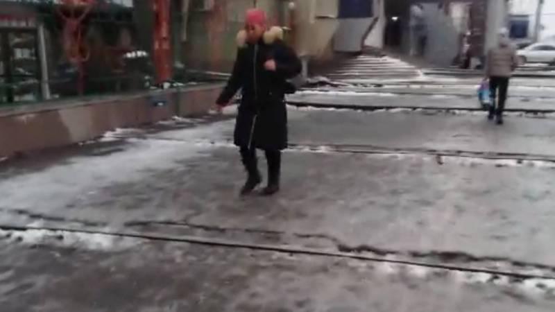 Гололед на тротуарах города Ош. Видео