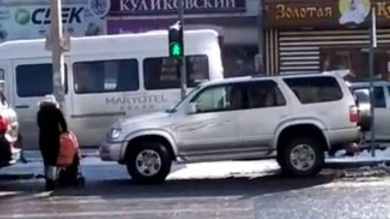 На ул.Жетикашкаевой «Тойоту» припарковали на пешеходном переходе. Видео
