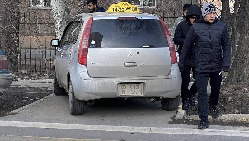 На ул.Жумабека водитель «Мицубиси» припарковался на пешеходном переходе. Фото