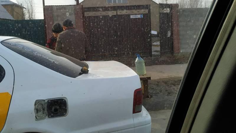 В жилмассиве Ак-Орго на улице продают бензин в пластиковых бутылках. Фото