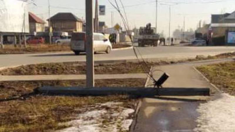 На улице Ахунбаева упал электрический столб. Фото