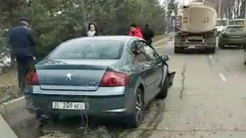 На проспекте Чуй столкнулись грузовик и легковушка. Видео