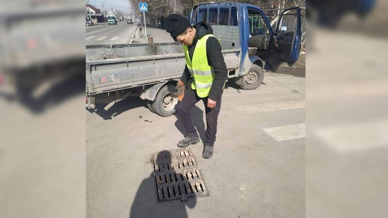 На люке на Манаса-Боталиева установили решетку ливнеприемника
