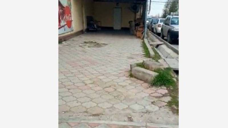 В мкр Кок-Жар на тротуаре построили швейный цех. Видео