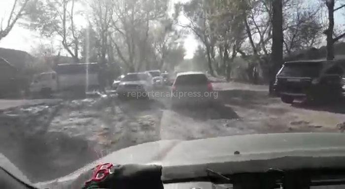 Бишкекчанин возмущен состоянием разбитой дороги на ул.Баялинова (видео)