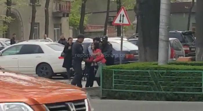 Милиция задержала девушку и парня, которые шли по проезжей части проспекта Чуй <i>(видео)</i>