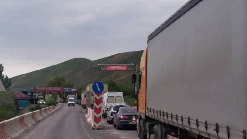 Читатель жалуется на пробки на посту в селе Сосновка. Фото