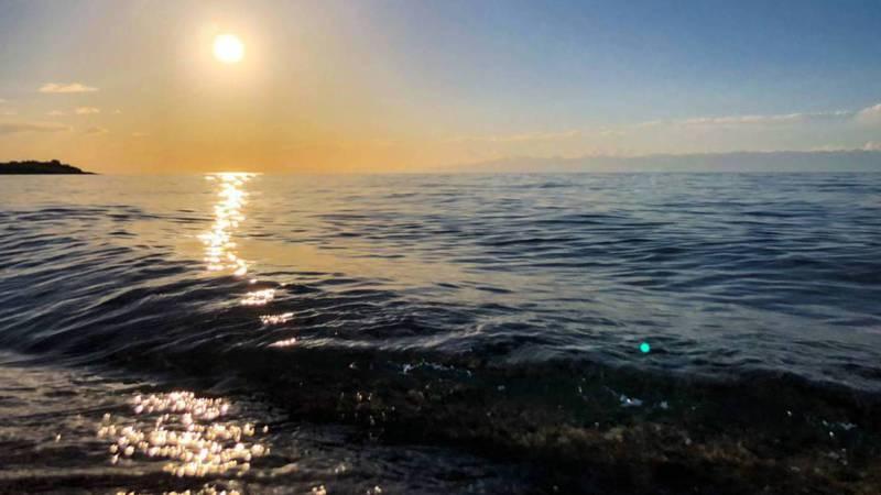 Солнечная дорожка на озере Иссык-Куль. Фото