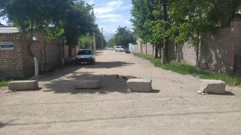 Ул.Ашхабадскую самовольно перекрыли бетонными плитами, - горожанин. Фото