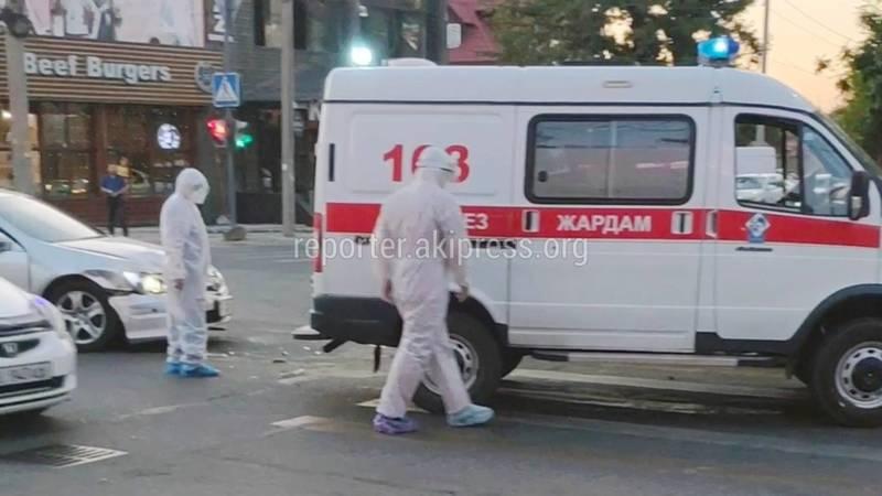 Скорая попала в ДТП в Бишкеке. Видео