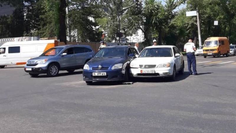 На Манаса-Московской произошло ДТП. Столкнулись «Тойота» и «Ниссан». Фото