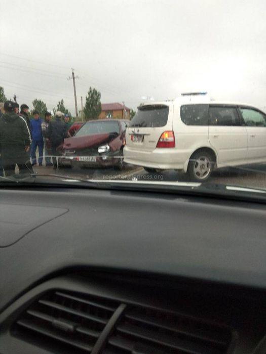 В Бишкеке на Ахунбаева-Куйручук произошло ДТП с участием «Фольксвагена» и «Хонды» <i>(фото)</i>