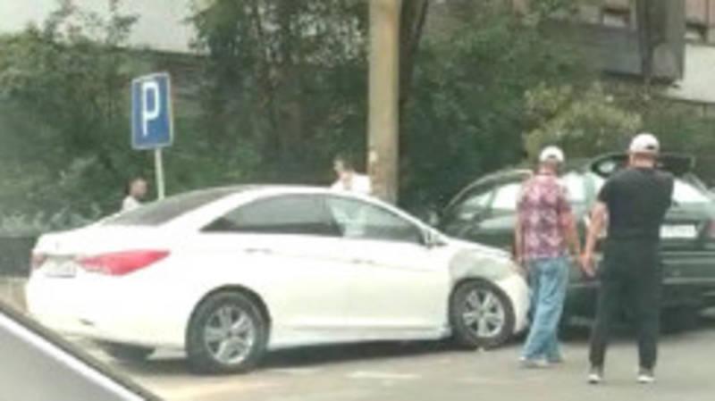 На ул.Ибраимова произошло ДТП с участием трех машин. Видео